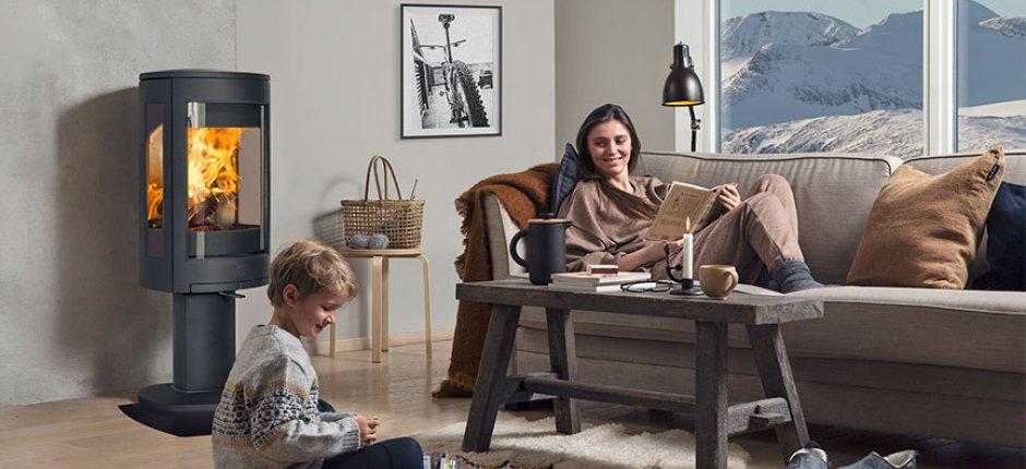Rodzina z kominkiem w salonie